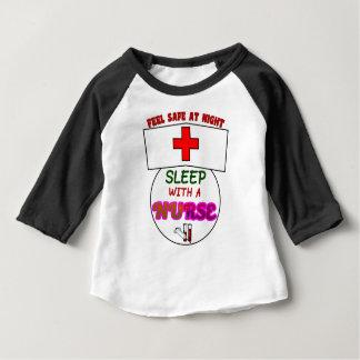 Camiseta Para Bebê sinta a enfermeira segura do sono da noite,