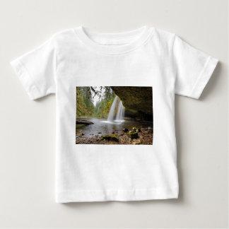 Camiseta Para Bebê Sob o montículo superior a angra cai no outono