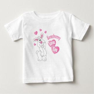 Camiseta Para Bebê Somebunny ama-o coelhinho da Páscoa
