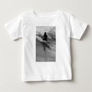 Camiseta Para Bebê Surfando o Grayscale das ondas