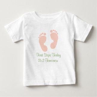 Camiseta Para Bebê T-shirt da pegada do rosa de bebê da maratona