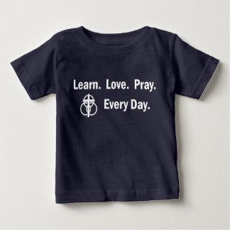 Camiseta Para Bebê T-shirt do bebê: Aprenda que o amor Pray