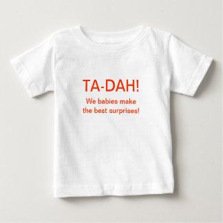 Camiseta Para Bebê TA-DAH! Nós bebês fazemos as melhores surpresas!