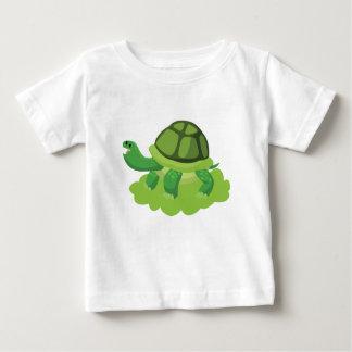 Camiseta Para Bebê tartaruga que anda na grama