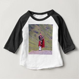 Camiseta Para Bebê Tocador de gaita-de-foles escocês solitário,