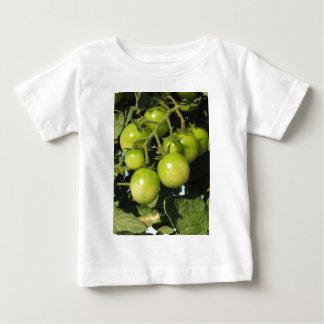 Camiseta Para Bebê Tomates verdes que penduram na planta no jardim