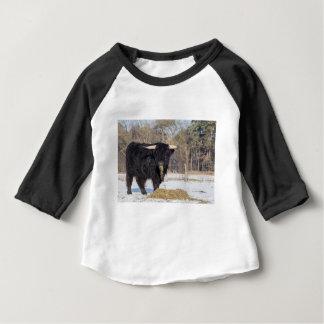 Camiseta Para Bebê Touro escocês do escocês que come o feno na neve