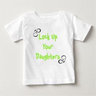 Camiseta Para Bebê Trave acima suas filhas