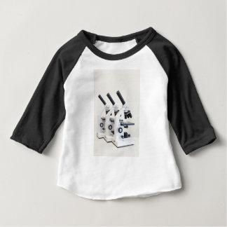 Camiseta Para Bebê Três microscópios em seguido isolados no fundo