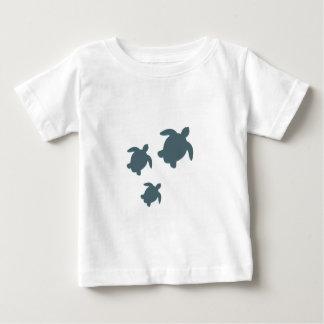 Camiseta Para Bebê Três tartarugas de mar que nadam junto