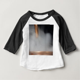 Camiseta Para Bebê tubulação de cobre de uma destilaria com vapor