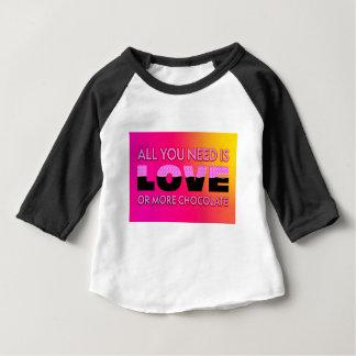 Camiseta Para Bebê Tudo que você precisa é amor ou mais chocolate