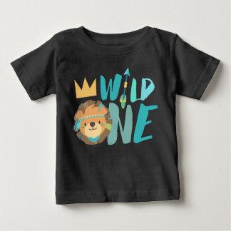 Camiseta Para Bebê Um bebê de um ano selvagem do leão e da seta  