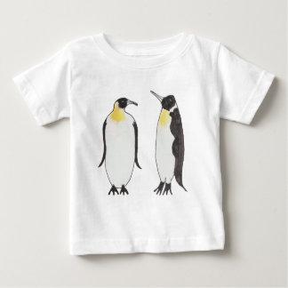 Camiseta Para Bebê Um desenho da tinta do casal do pinguim