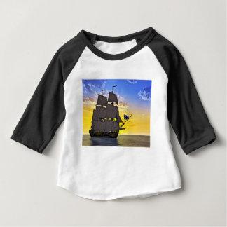 Camiseta Para Bebê Um navio de navigação preto de Corveta antes do