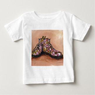 Camiseta Para Bebê Um par de botas florais favoritas