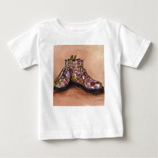 Camiseta Para Bebê Um par de botas floridos estimadas