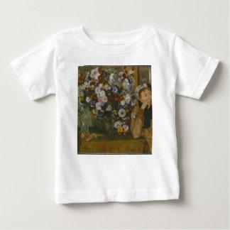 Camiseta Para Bebê Uma mulher assentada ao lado de um vaso das flores