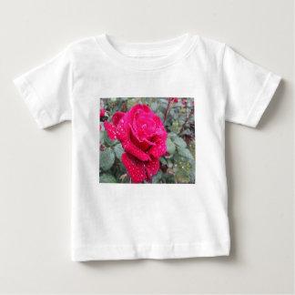 Camiseta Para Bebê Única flor da rosa vermelha com gotas de água