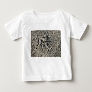 Camiseta Para Bebê Única pegada do pássaro da gaivota na areia da