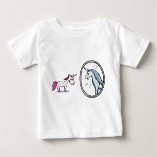 Camiseta Para Bebê Unicórnio antes de espelhos - Unicorn em front of