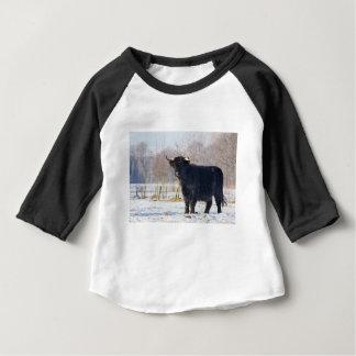 Camiseta Para Bebê Vaca escocesa preta do escocês na neve do inverno