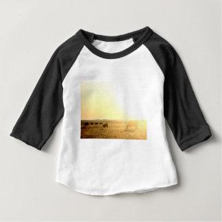Camiseta Para Bebê Vacas no nascer do sol nas pradarias
