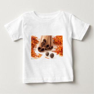 Camiseta Para Bebê Varas de canela, açafrão aromático e pimento