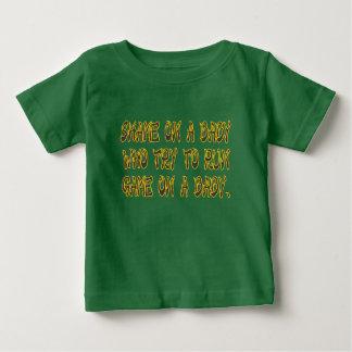 Camiseta Para Bebê Vergonha em um bebê