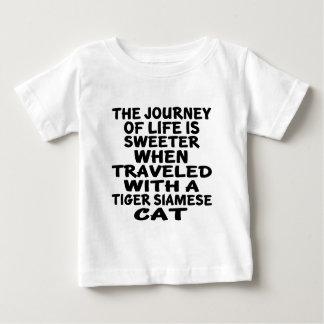 Camiseta Para Bebê Viajado com o gato siamese do tigre