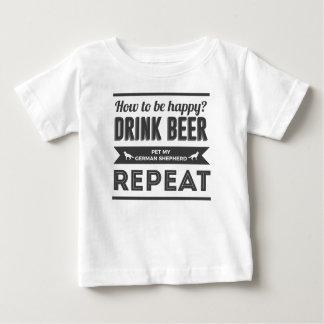 Camiseta Para Bebê Vida feliz do cão de german shepherd das bebidas