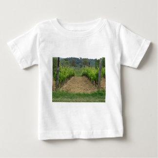 Camiseta Para Bebê Vinhedo no primavera. Toscânia, Italia