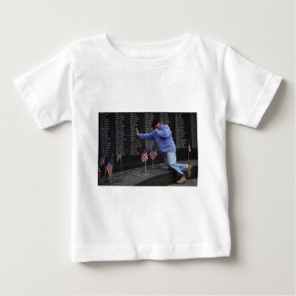 Camiseta Para Bebê Visitando a parede memorável de Vietnam, C.C. de