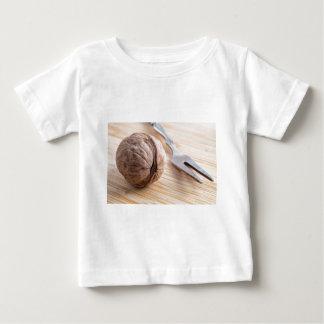 Camiseta Para Bebê Vista macro em nozes e em fim-acima da forquilha