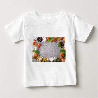 Camiseta Para Bebê Vista superior dos ingredientes para uma refeição