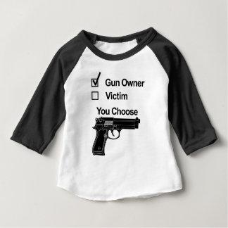 Camiseta Para Bebê vítima que do proprietário de arma você escolhe