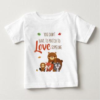 Camiseta Para Bebê Você não tem que combinar para amar alguém -