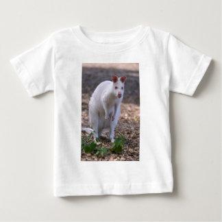 Camiseta Para Bebê Wallaby de pescoço encarnado do albino