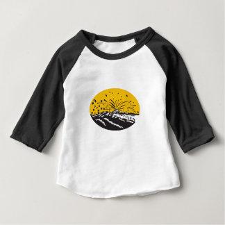 Camiseta Para Bebê Woodcut do Oval da formação da ilha da erupção