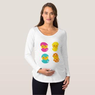 Camiseta Para Gestantes Galinha do bebê que choca para fora o t-shirt de