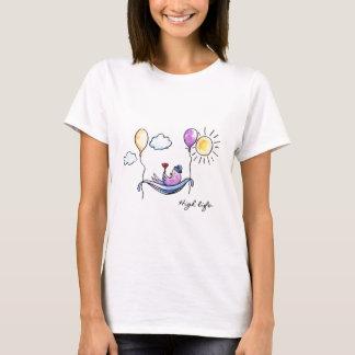 """Camiseta """"Pássaro cómico da vida alta"""" no hammock no céu"""