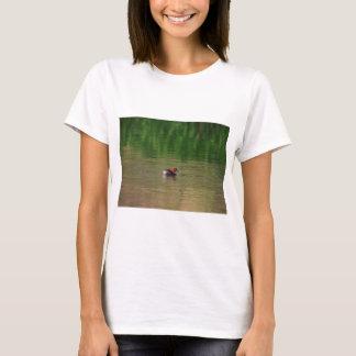 Camiseta Pato do grebe pequeno na plumagem da criação de