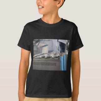 Camiseta Peixes do churrasco fora com o fumo que emerge