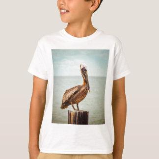 Camiseta Pelicano bonito empoleirado sobre o oceano