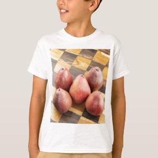 Camiseta Peras vermelhas em um conselho de xadrez de