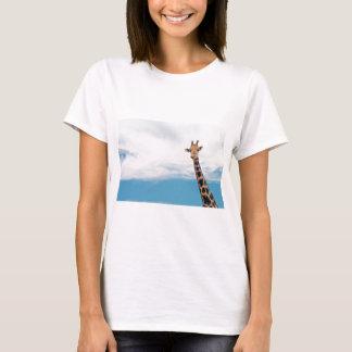 Camiseta Pescoço e cabeça do girafa contra o céu azul claro
