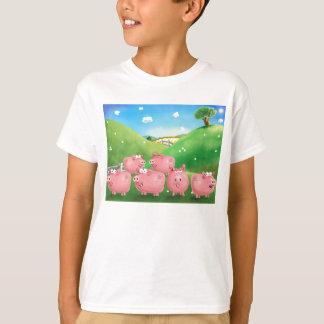 Camiseta Piggies em um campo