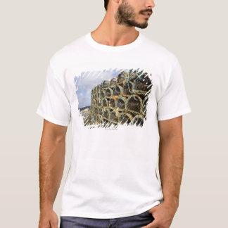 Camiseta pilha de potes de caranguejo da lagosta na linha