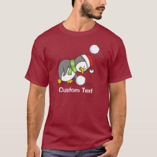 Camiseta Pinguim do Natal que obtem uma bola da neve