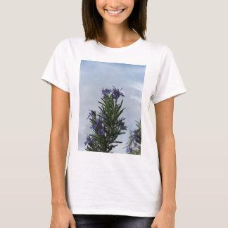 Camiseta Planta de Rosemary com as flores contra o céu